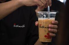 最佳的咖啡&茶在辛哈公园 做冰冻咖啡的Barista 库存照片