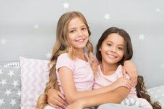 最佳的女孩sleepover党想法 有知己的女孩乐趣sleepover党 童年友谊概念 愉快的女孩 免版税图库摄影