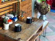 最佳的时刻放松,在木桌上的两个无奶咖啡杯子早晨 免版税库存图片