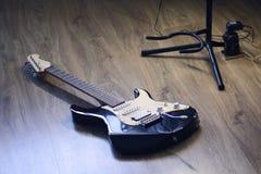 最佳的礼物吉他,使他惊奇为他的能力对请的一个人 库存照片