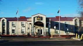 最佳的西部旅馆在蓝天下 免版税图库摄影