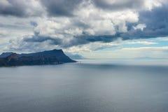 最南端的海岸线在导致厄加勒斯角的南非,被观看从开普敦半岛,在最风景的旅行desti中 库存图片