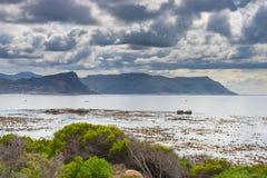 最南端的海岸线在导致厄加勒斯角的南非,被观看从开普敦半岛,在最风景的旅行desti中 免版税库存图片