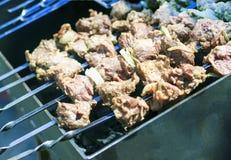 最可口的香肠,从新鲜的肉烤肉串的开胃烤肉串,烤从木炭,户外 库存图片