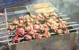 最可口的香肠,从新鲜的肉烤肉串的开胃烤肉串,烤从木炭,户外 免版税图库摄影