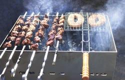最可口的香肠,从新鲜的肉烤肉串的开胃烤肉串,烤从木炭,户外 图库摄影