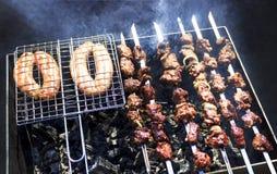 最可口的香肠,从新鲜的肉烤肉串的开胃烤肉串,烤从木炭,户外 库存照片
