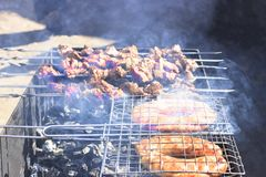 最可口的香肠,从新鲜的肉烤肉串的开胃烤肉串,烤从木炭,户外 免版税库存图片