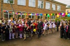 最后响铃的庆祝在一所农村学校在卡卢加州地区在俄罗斯 库存照片