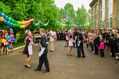 最后响铃的庆祝在一所农村学校在卡卢加州地区在俄罗斯 图库摄影