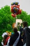 最后响铃的庆祝在一所农村学校在卡卢加州地区在俄罗斯 免版税库存照片
