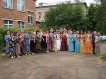 最后响铃的庆祝在一所农村学校在卡卢加州地区在俄罗斯 免版税库存图片