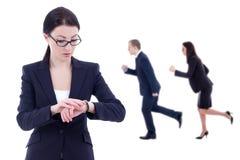 最后期限概念-女商人上司检查在腕子watc的时间 免版税库存照片