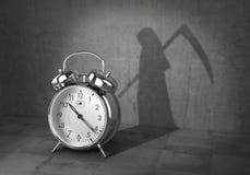 最后期限概念 对居住的时间 闹钟投下了阴影以死亡的形式与大镰刀的 3d 皇族释放例证