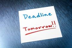 最后期限稠粘的笔记为在纸的明天在冰箱掠过的铝  免版税库存照片