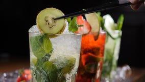 最后的接触概念 酒吧和鸡尾酒概念 侍酒者准备不同的Mojito鸡尾酒 关闭 增加切片  影视素材