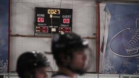 最后的读秒在曲棍球比赛的最后期间在记分牌的,主队赢取 股票录像