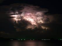 最多云与闪电风暴里面在海 库存照片