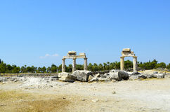 最大的古色古香的大墓地的废墟在城市希拉波利斯 图库摄影