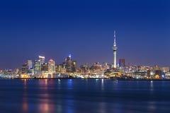 最大的城市的地平线照片在新西兰,奥克兰 照片在横跨海湾的日落以后被拍了 奥克兰市 免版税库存图片