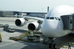 最大的民航飞机空中客车380连接到插孔出发下次旅途的乘客 免版税库存照片