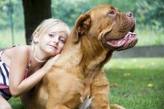 最好的朋友女孩和狗 免版税库存图片