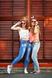 最好的朋友打扮仿照画报女孩样式 女孩拥抱 免版税库存图片