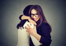 最好的朋友拥抱的两名妇女 图库摄影