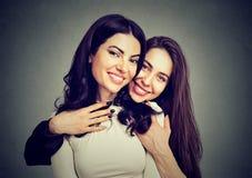 最好的朋友拥抱的两名妇女 免版税库存图片