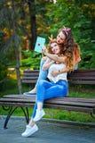 最好的朋友拥抱 照片在公园 小组selfies 免版税图库摄影