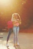 最好的朋友 女孩拥抱 免版税库存照片