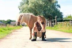 最好的朋友 有一点舍特兰群岛小马的年轻十几岁的女孩 免版税库存图片