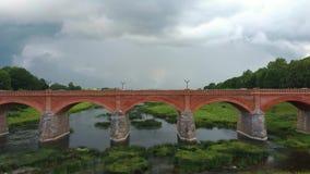 最宽的瀑布在欧洲在拉脱维亚库尔迪加和砖河上的桥文塔地区dron射击 股票视频