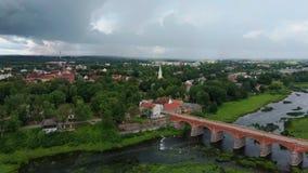 最宽的瀑布在欧洲在拉脱维亚库尔迪加和砖河上的桥文塔地区Dron射击 影视素材