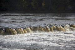 最宽的瀑布在欧洲在拉脱维亚Kuldiga 河文塔 免版税库存图片
