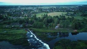 最宽的瀑布在欧洲在被射击的库尔迪加市地区dron位于 股票视频