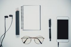最小的与时尚对象的工作区创造性的平的位置在丝毫 免版税图库摄影