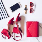 最小的套的平的位置女性辅助部件:金黄手表,与脚腕皮带,女用无带提包,流动pho的红色中间脚跟凉鞋 库存图片