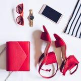 最小的套的平的位置女性辅助部件:金黄手表,与脚腕皮带,女用无带提包,流动pho的红色中间脚跟凉鞋 免版税库存图片