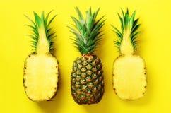 最小的样式的明亮的菠萝样式 顶视图 流行艺术设计,创造性的概念 复制空间 新鲜的菠萝 免版税库存图片