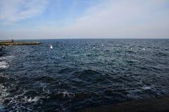 最小的海景在有深蓝颜色的春天 免版税图库摄影