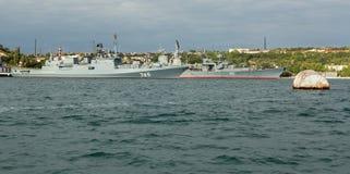 最新的巡逻艇海军上将Grigorovich 745和卡拉班的导弹巡洋舰刻赤753 免版税库存照片