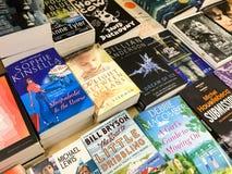 最新的英国著名小说在图书馆书店的待售 图库摄影