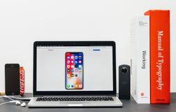 最新的iPhone x 10与家庭屏幕苹果apps 免版税库存照片