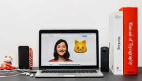 最新的iPhone x 10与猫animoji emoji 库存照片