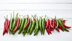 最新鲜和辣椒的五颜六色的混合在木桌上的 免版税库存图片