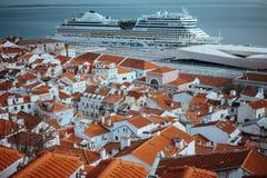最旧的区Alfama的Rooftopspanorama在里斯本 在塔霍河的巡航小船阿伊达 里斯本里斯本Lissabon 库存图片
