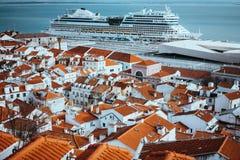 最旧的区Alfama的Rooftopspanorama在里斯本 在塔霍河的巡航小船 里斯本里斯本Lissabon 图库摄影