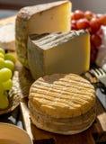 最旧的法国人AOC软绵绵地pudgent黄色乳酪利瓦罗品尝, 库存照片