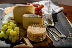 最旧的法国人AOC软绵绵地pudgent黄色乳酪利瓦罗品尝, 库存图片